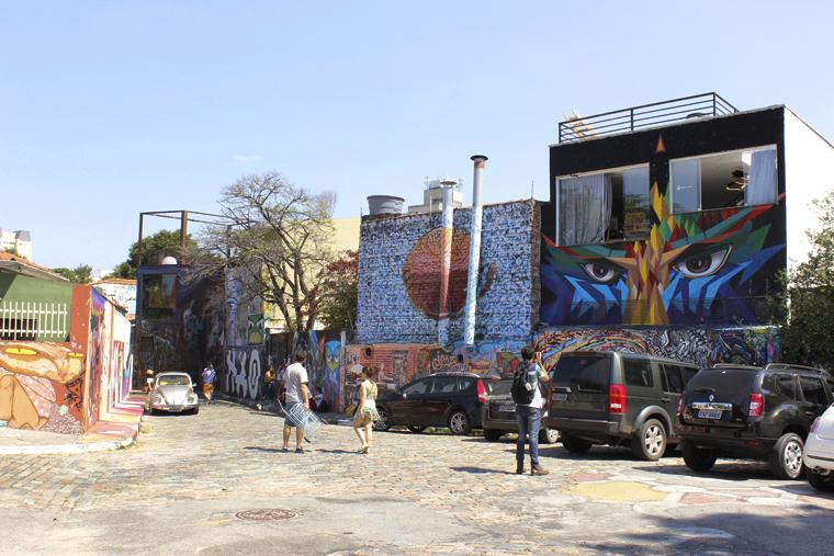Grafismos nos muros das casas