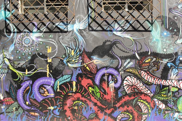 Detalhe da janela da casa interagindo com o grafite