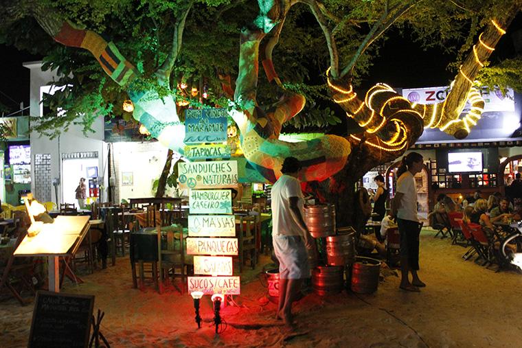 Pela noite são os bares e restaurantes que iluminam e agitam toda a cidade