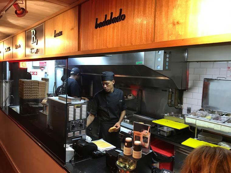 Entrada do B de burger, onde tem o caixa e a cozinha aberta
