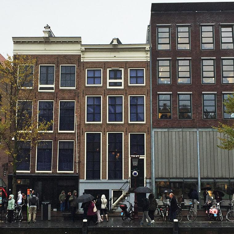 A casa ao centro, abrigava o esconderijo de Anne Frank e seus familiares