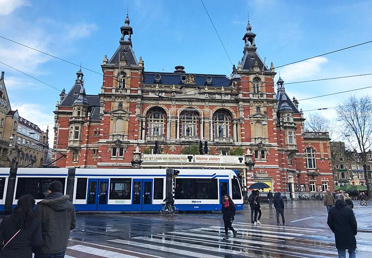 Os Trams (VLT's) circulam por várias ruas juntamente com as bicicletas e os pedestres.