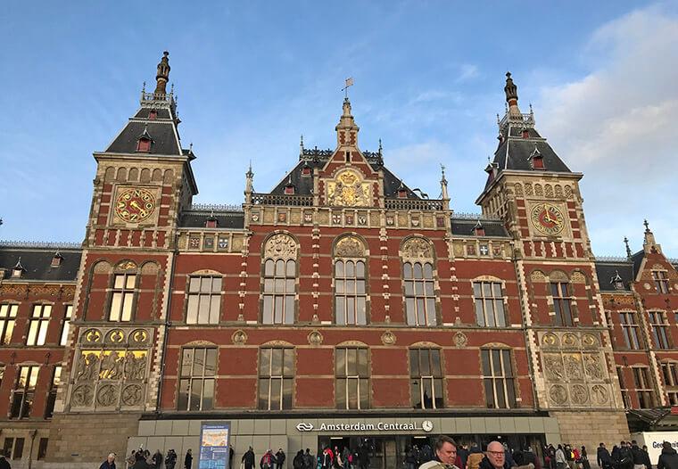 A estação Amsterdam Centraal. Do lado de fora, sai Trams para vários pontos da cidade.